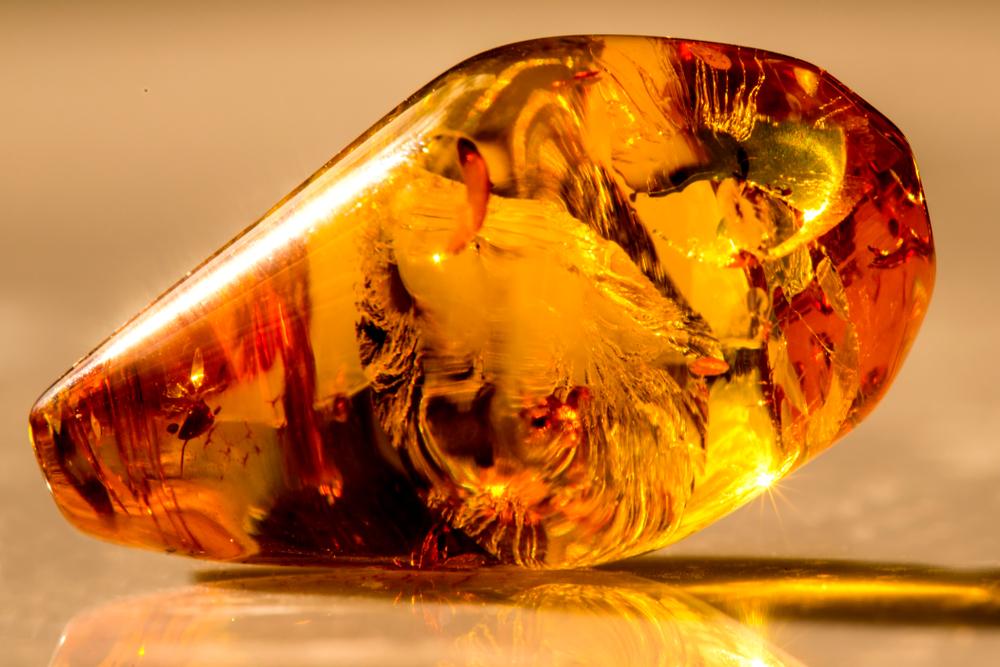 Как отличить натуральный янтарь от искусственной подделки