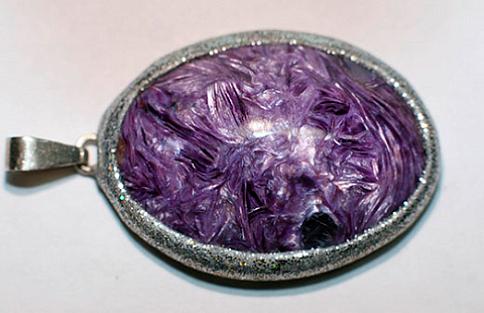 Изысканный медальон с чароитом